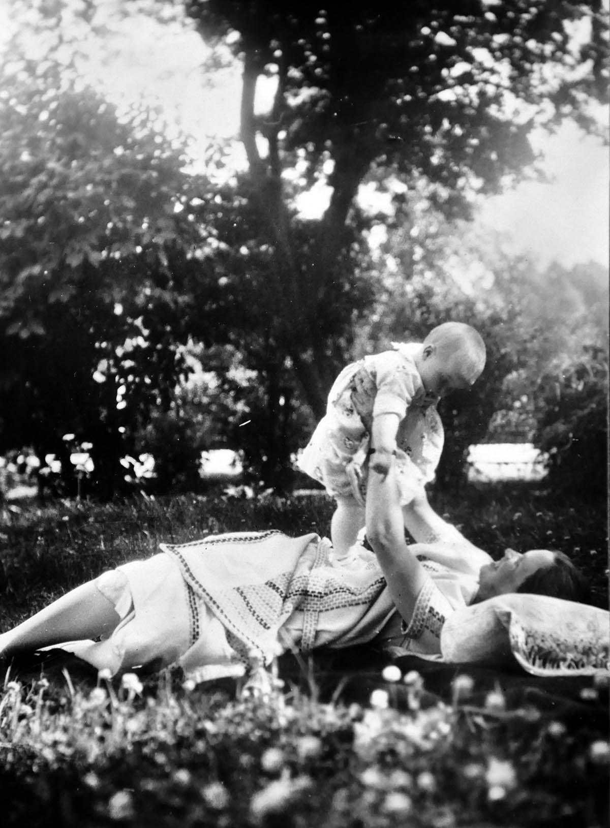En till magisk bild! Maja och min mamma i nåt slags förtrollat gräs och skimmer.
