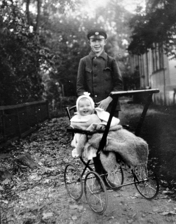 Magisk bild av min mamma i en barnvagn och med en storebror!