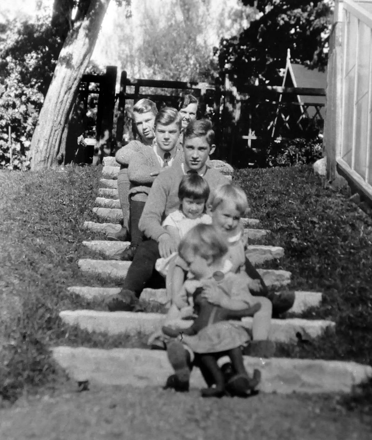 Lull fick med tiden två lillebrorsor. Här är Maja och båda barnkullarna i trappan ner till växthuset.