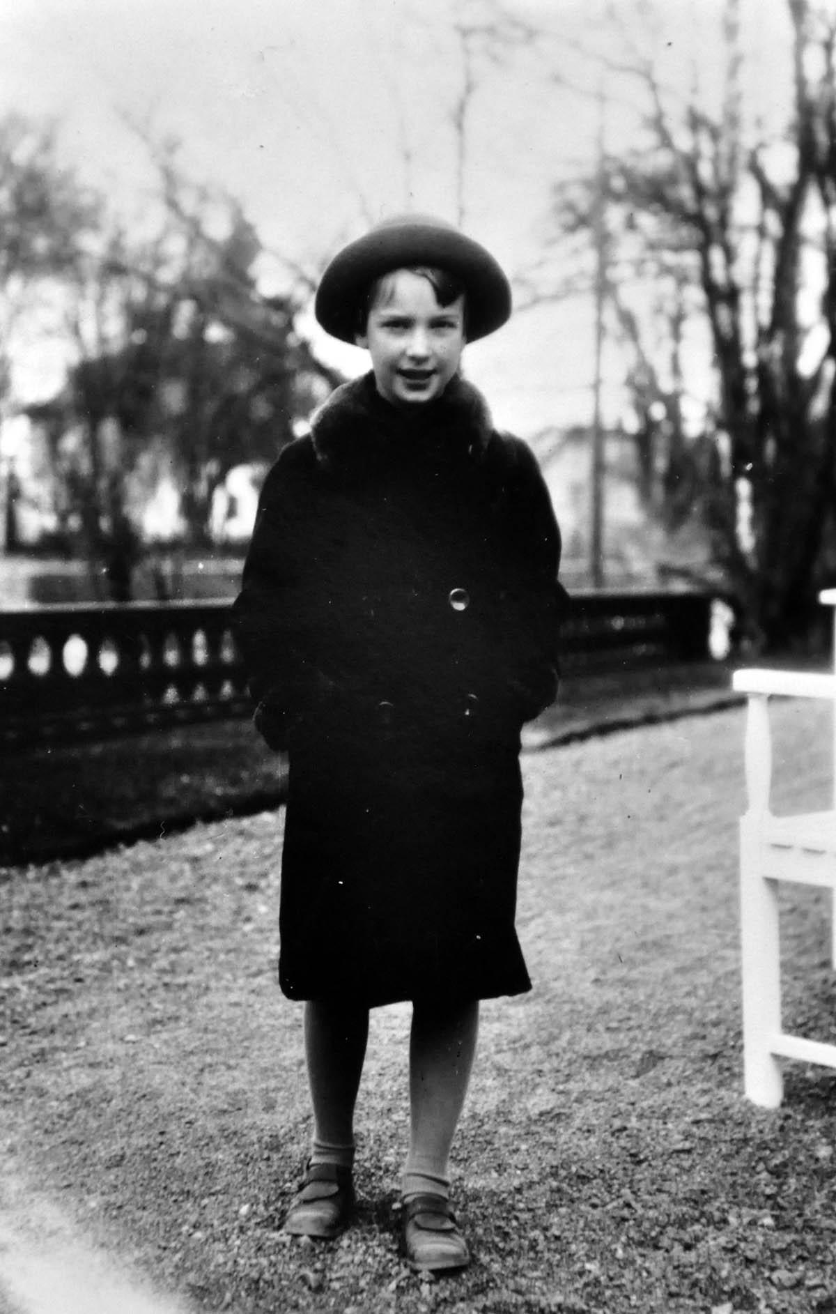 Min mamma Lull utanför huset. 1937 kanske?